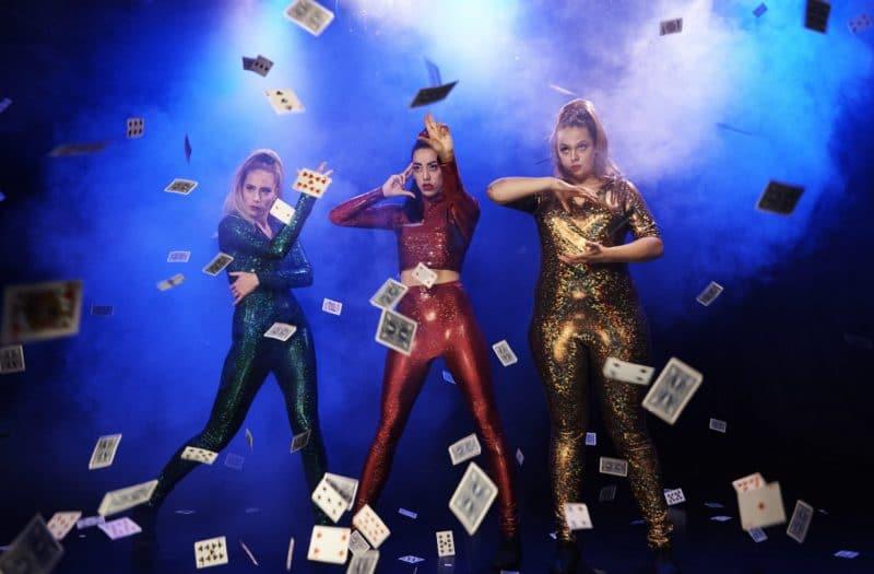 Cabarettrio De Gestampte Meisjes verzorgen illusievoorstelling in Theater Hof 88